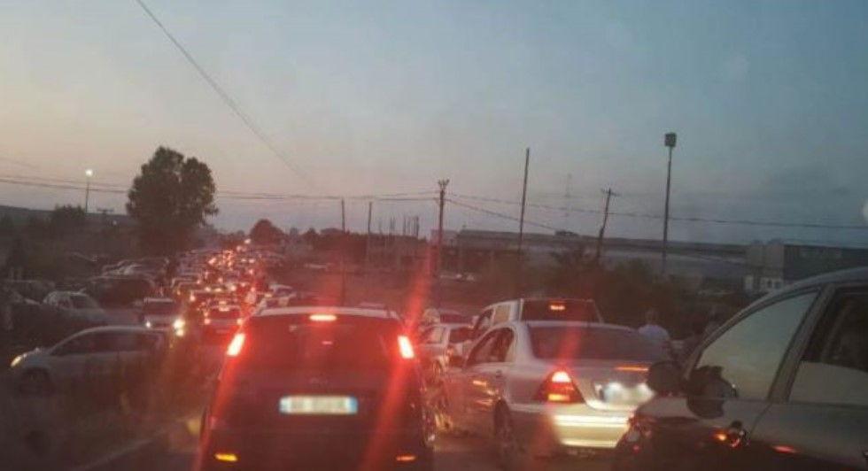 Trafik i çmendur në autostradën Tiranë- Durrës, arsyeja është e çuditshme
