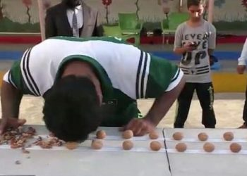 Pakistanezi 'kokëfortë' arrin rekord botëror, theu 247 arra me kokë (VIDEO)