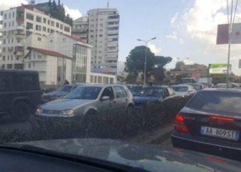 Kaos nga trafiku në Tiranë, ambulanca ngec 40 minuta mes makinave