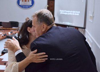 Puthje e lule në Kuvend, deputetja surprizohet nga kolegët (FOTO)