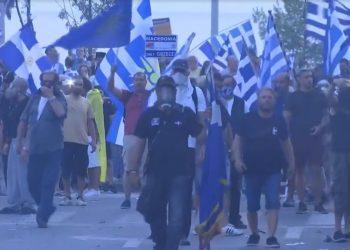 Qindra grekë protestojnë para ambasadës tonë në Athinë: Shqiptarët t'i djegim (VIDEO)