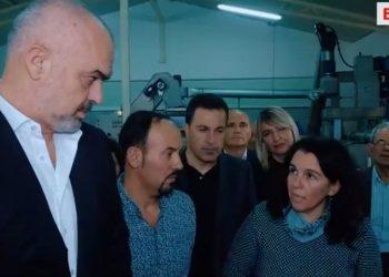 Batutat e Kryeministrit në fabrikën e vajit: Nuk ka punë të lehtë, shif punën time, ti me lloto s'merresh (VIDEO)