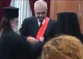 Peshkopi grek e mbyti me dekorata, del videoja që Rama e mbante fshehur (VIDEO)