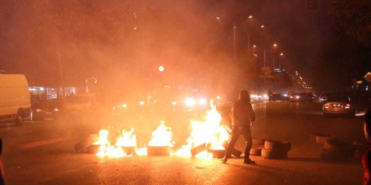 """""""Këtu nis revolucioni"""", banorët e Unazës së re i vënë flakën gomave dhe bllokojnë rrugën"""