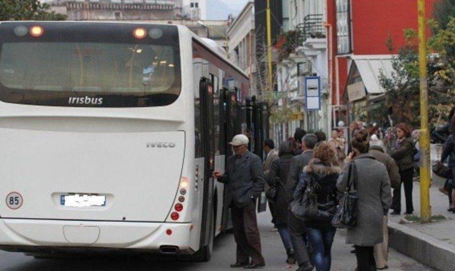 Shoferi dhe fatorinoja i autobusit rrahin pasagjerin në Tiranë