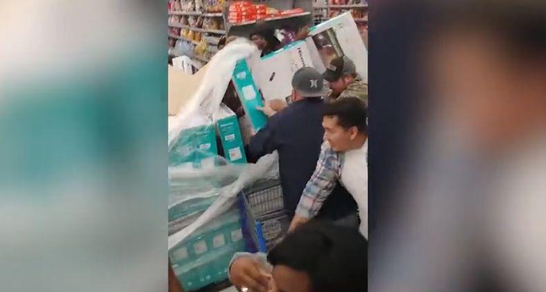 Të shtyra, sherre dhe shkelje me këmbë këto janë pamjet nga 'Black Friday' në botë (VIDEO)