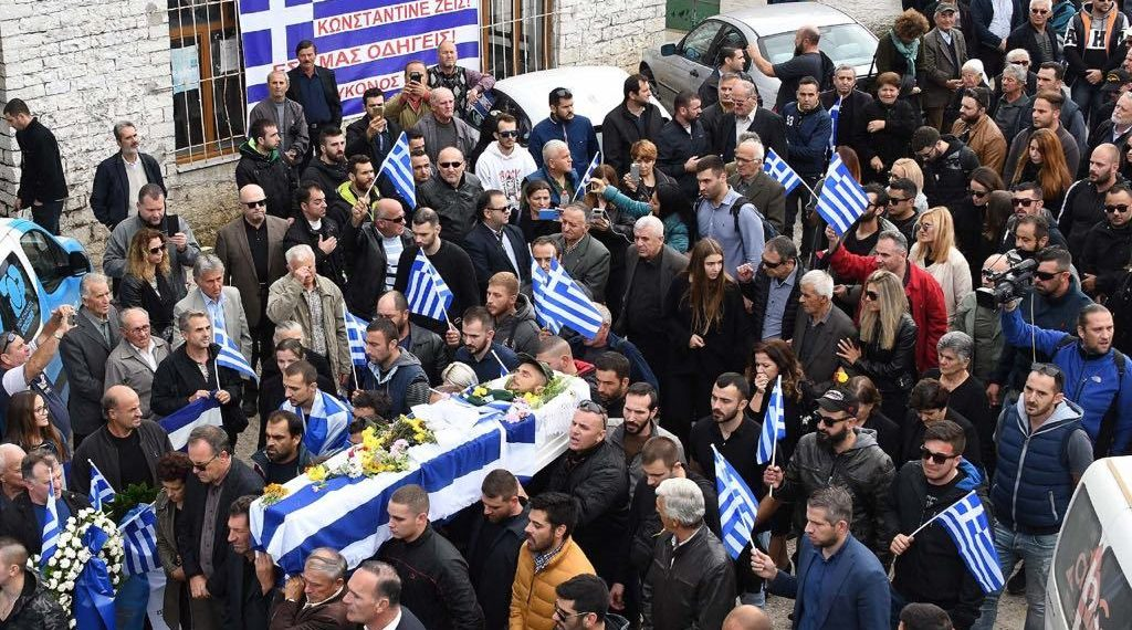 Policia shqiptare shoqëron dy grekë pas varrimit të Kaçifas, ja për çfarë akuzohen, media greke nxjerr emrin e famëkeqit