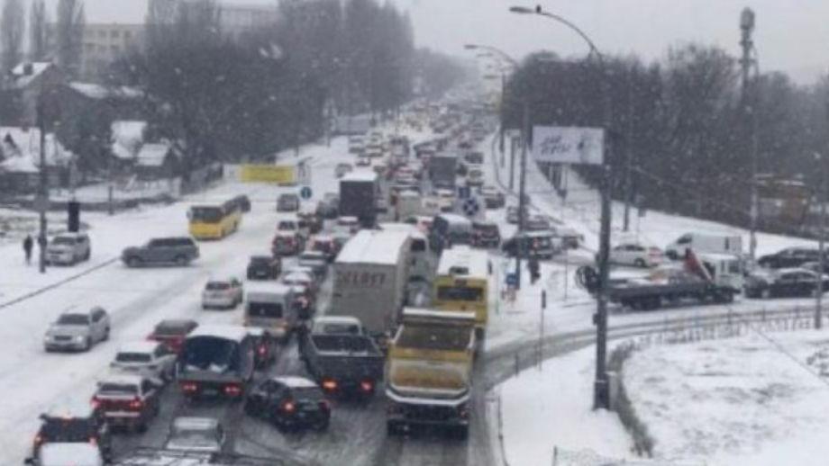 Kolaps në këtë shtet  rreth 300 aksidente trafiku nga bora e madhe