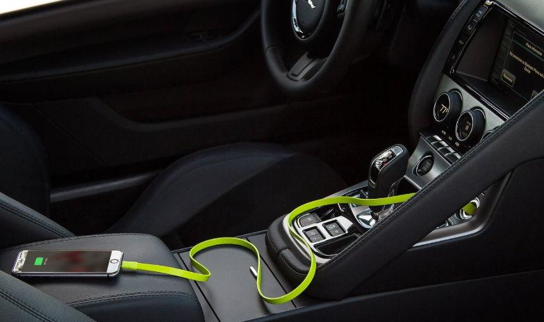 Kjo është arsyeja pse nuk duhet të karikoni kurrë celularin në makinë