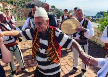 Turku plotëson ëndrrën, bëhet shqiptar në moshën 90-vjeçare (VIDEO)