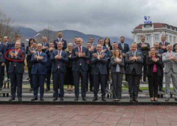 Zv-kryeministri i Kosovës 'shkrin' rrjetin nuk di ta bëjë shqiponjën (FOTO)