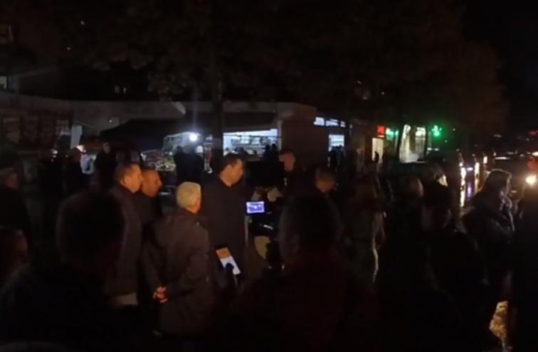 Protesta te  Unaza e Re   banorët  dridhin  Ramën