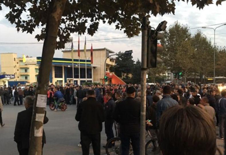 Zgjerimi i 'Unazës së Madhe', banorët bllokojnë rrugën: Nuk lejojmë prishjen e shtëpive!