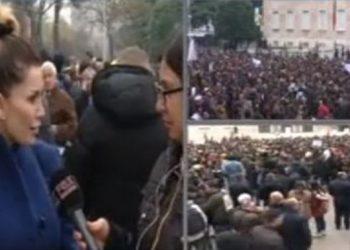 """""""Janë të tmerruar nga politika"""", këngëtarja e njohur i bashkohet protestës së studentëve"""