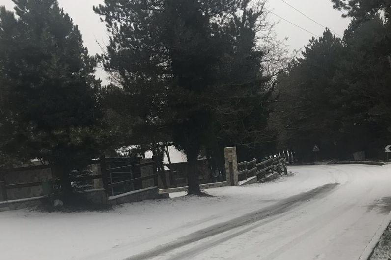 Bora dhe ngrica vështirësojnë kalimin në Llogara