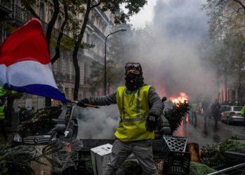 Fitojnë francezët, Qeveria Macron pezullon rritjen e taksës së karburanteve