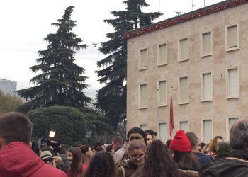 Protesta para Kryeministrisë, policia nuk i'a del dot në rrugë tokësore, shikoni çfarë bën (FOTO)
