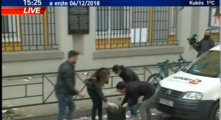 Për t'u marrë shembull, studentët pastrojnë rrugën pas protestës