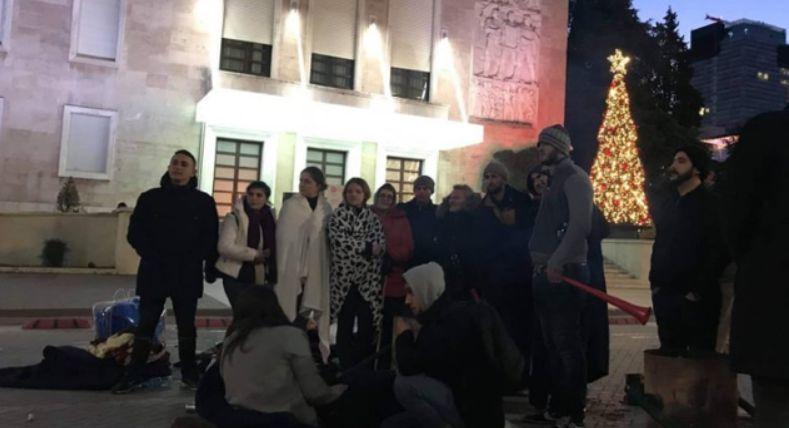 """""""Një student pati probleme shëndetësore"""", çfarë nuk u pa gjatë natës në protestën tek kryeministria"""