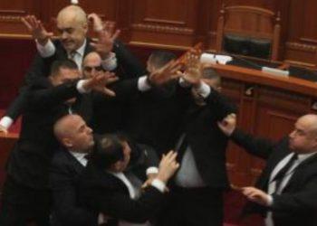 Edi Rama mbrohet nga truprojat, dalin pamjet e momentit kur deputeti i PD qëlloi kryeministrin me vezë (VIDEO)