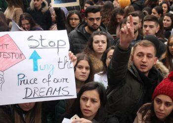 Policia nuk i lejoi të vinin në Tiranë, studentët e Elbasanit bëjnë atë që se priste askush