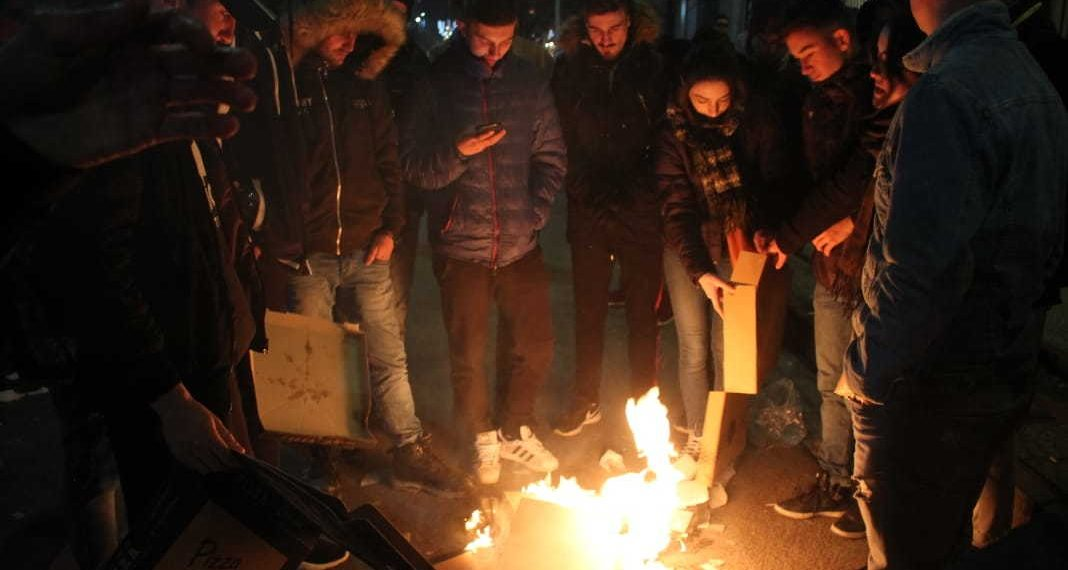 Studentët ndezin zjarr, ja çfarë po ndodh para Kryeministrisë