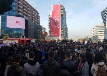 Qendresa vazhdon! Studentët marshojnë në rrugët e Tiranës (VIDEO)