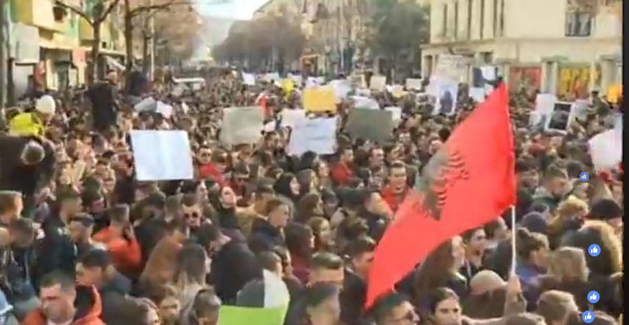 Shikojeni veprimin që kanë bërë mijëra studentë në momentin që kanë kaluar para kryeministrisë (VIDEO)
