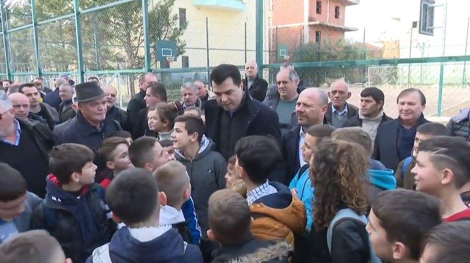 """Dialogu që po i shkrin të gjithë së qeshuri: """"Kalamaja, hajdeni se erdhi kryetari"""" (VIDEO)"""