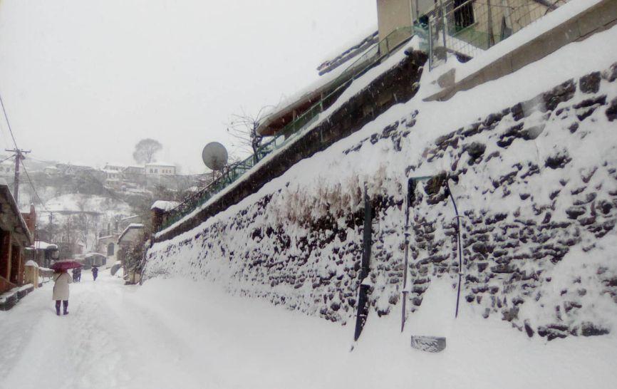 Kësaj i thonë dëborë! Shihni si është mbuluar Gjirokastra, çatitë e shtëpive, makinat dhe rrugët
