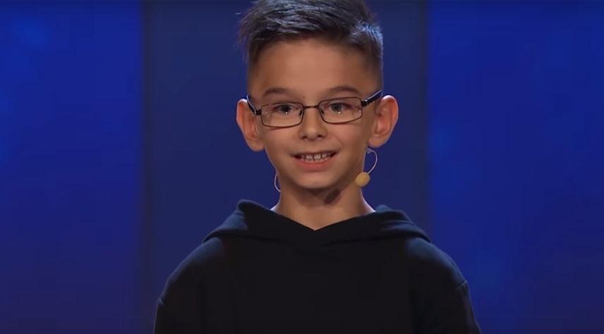 Djaloshi shqiptar 8 vjeçar mahnit me zërin e tij jurinë në Suedi (VIDEO)