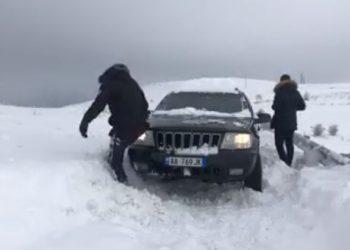 Mësuesit në Kukës bllokohen nga bora, atë që s'e bën shteti e bëjnë vetë (VIDEO)