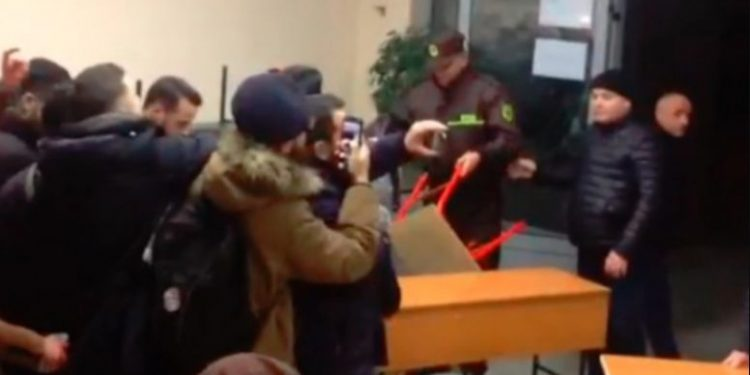 Pa ushqim dhe pa ngrohëse, policia përplaset me studentët