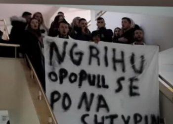 'Ngrihu o popull, se po na shtypin!' Thirrja e fuqishme e studentëve grevistë të Elbasanit (VIDEO)