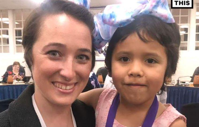 Mësuesja heroinë, pret flokët për nxënësen e saj