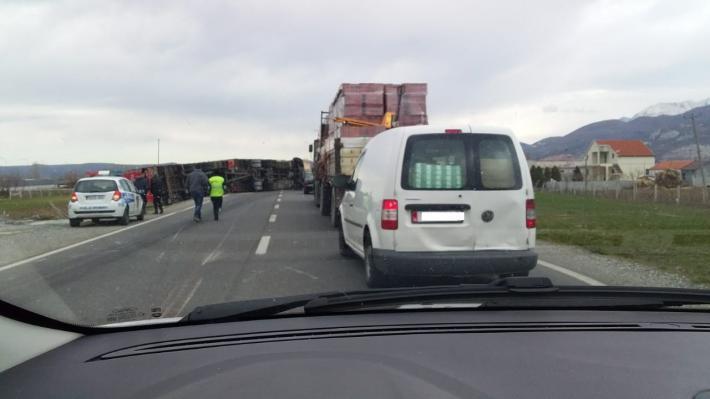 """Era e fortë bën """"kërdinë"""", përmbysen tre kamionë (FOTO)"""
