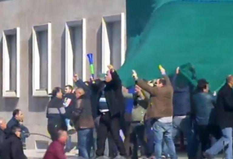 Çahet rrethimi, protestuesit futen tek shkallët e Kryeministrisë (LIVE)