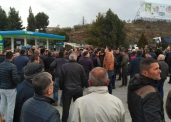 Protestuesit bllokojnë eskortën e kryeministrit Rama në Rrogozhinë