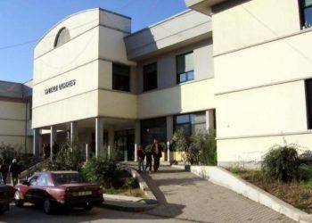 Mjeku goditet me tullë në kokë në spitalin e Durrësit