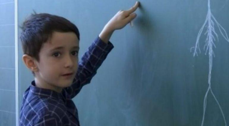 Njihuni me 8 vjeçarin shqiptar i cili harton teste për mësimdhënësit (VIDEO)