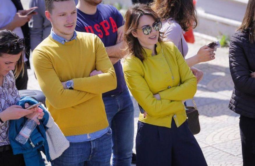 Grida Duma shfaqet si super star në protestë, pas divorcit nga i shoqi (FOTO)