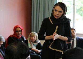 Kryeministrja e Zelandës së Re me shami në kokë shkon t'i ngushëllojë komunitetin mysliman pas tragjedisë