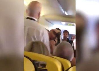 Plas sherri në 9 mijë metra lartësi, hoqi këpucët në avion, çmenden udhëtarët (VIDEO)