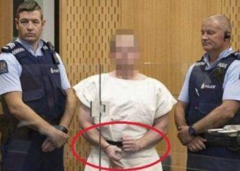 Çfarë do të thotë simboli me tre gishta që bëri në gjyq shkaktuesi i tragjedisë në Zelandë e Re (FOTO)