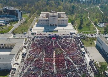 Pamjet nga droni, Tirana tejmbush sheshin Nënë Tereza, ja pamjet spektakolare nga takimi i PS-së (FOTO)
