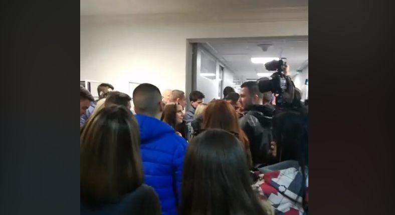 Protestuesit serbë pushtojnë zyrat e televizionit shtetëror për rrëzimin e Vuçiq