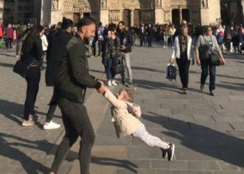 Po luanin para Notre Dame disa orë para se të digjej, e gjithë bota po i kërkon këtë baba dhe vajzën e tij (FOTO)