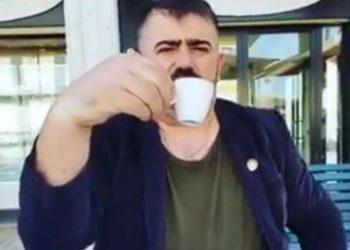 """""""Sekreti qëndron te kyçi i dorës"""", ish-deputeti kaubojs na mëson si të pijmë kafen (VIDEO)"""
