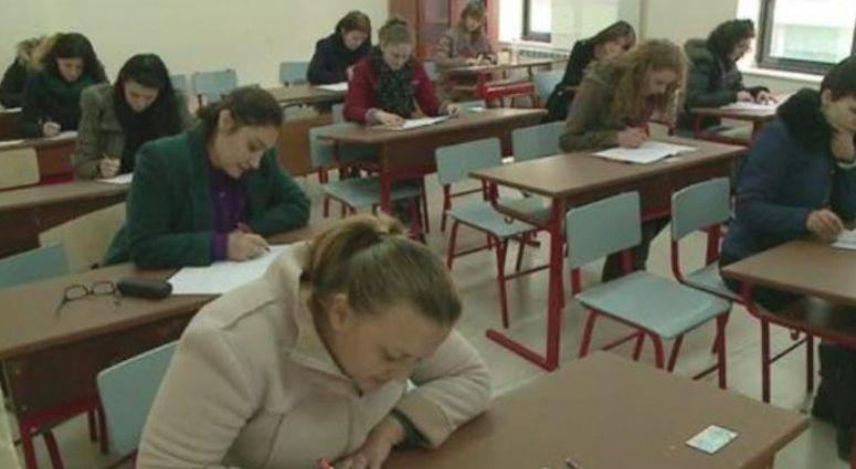 """Gjysma e """"mësuesve"""" ngelësa! Rrëzohen në provimin për të marrë licencën e mësimdhënies (VIDEO)"""