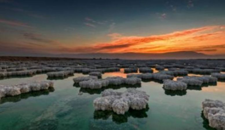 Liqeni që u krijua nga një meteor, ndërron ngjyrë dy herë në ditë